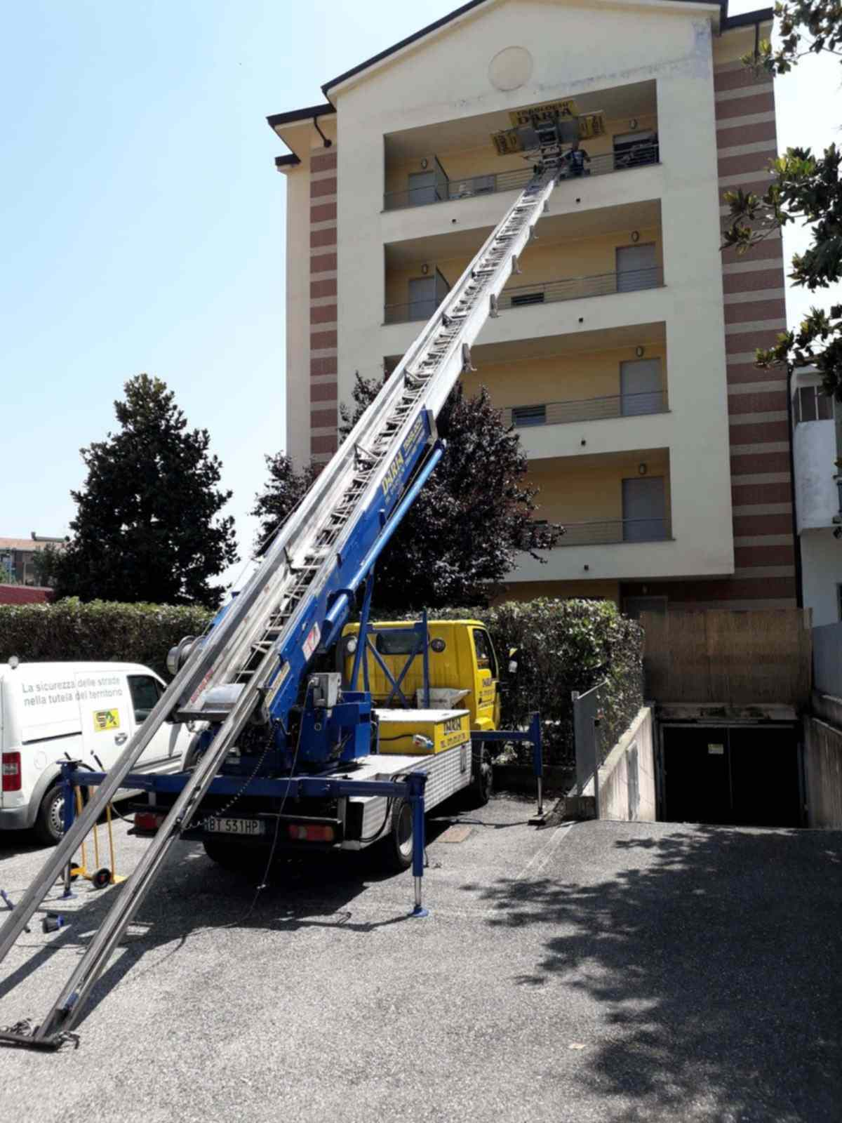 Daria Traslochi Torino in trasloco con autoscala in provincia di Torino